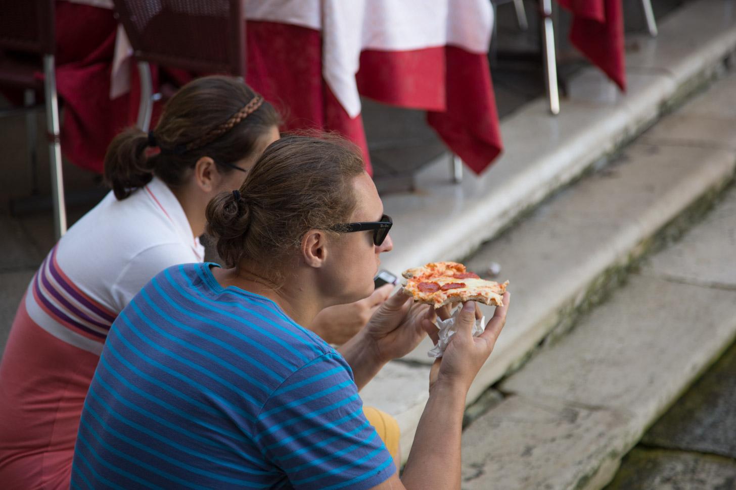 Voor eten op straat kun je een boete krijgen in Venetië