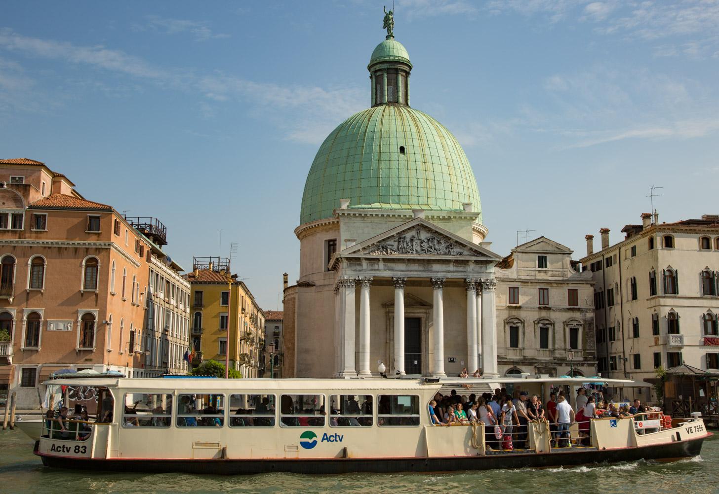 Een Vaporetto op het water in Venetië